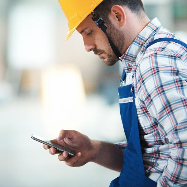 Pracownik trzymający telefon wdłoni